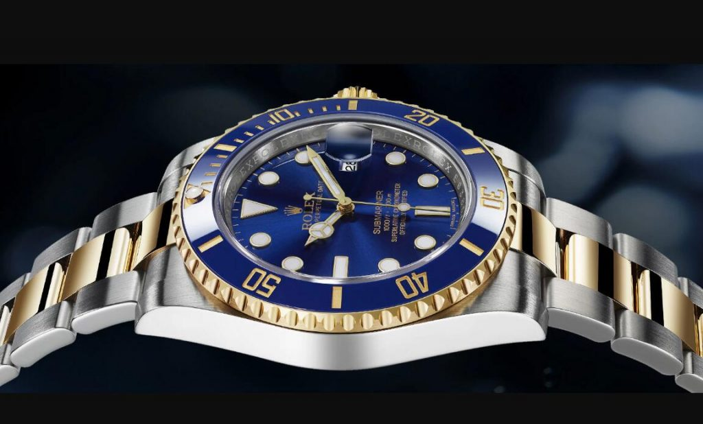 With the combination of blue and gold, this replica Rolex watch shows us a lot of surprise.